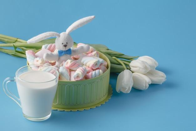 Lente boeket van witte tulpen, marshmallows en melk beker