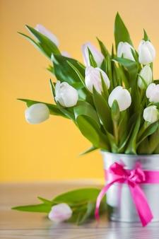 Lente decoratie van witte tulpen