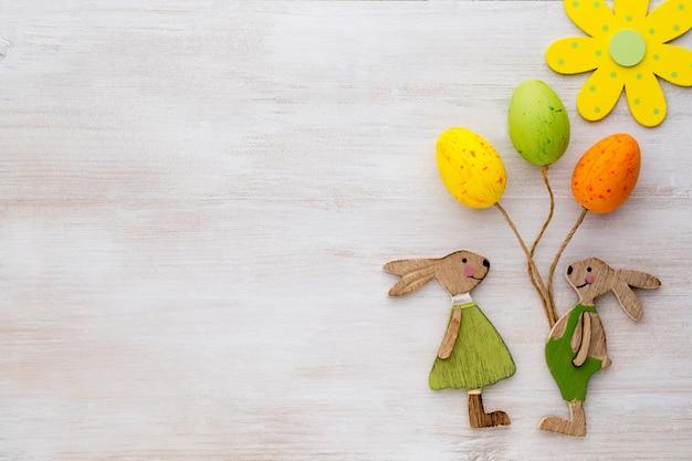 Lente- en paasdecor. houten symbolen konijn, bloemen en vlinders.