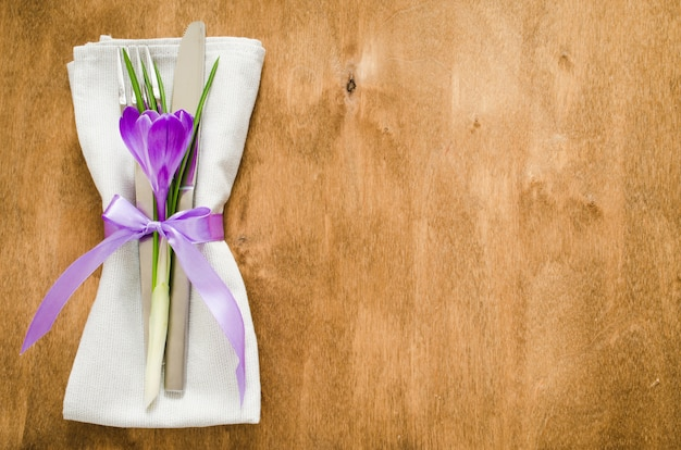 Lente feestelijke tabel instellen met verse bloemen.