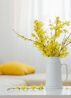 Lente gele bloemen in vaas op modern interieur