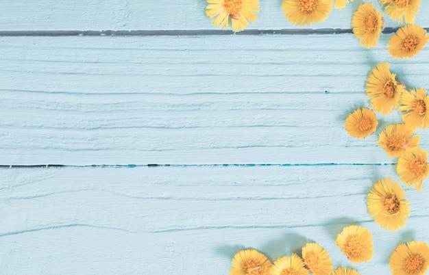 Lente gele bloemen op houten