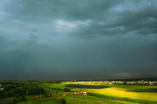 Lente heldere landschap met veld na regen