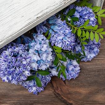 Lente hyacint bloemen in een roze doos. de trend van bloemen in een doos. kopieer ruimte.
