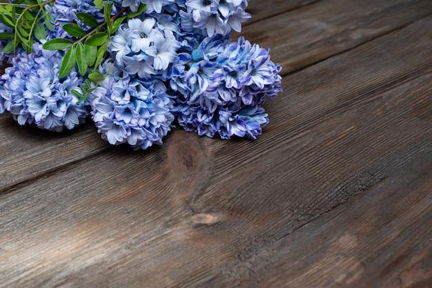 Lente hyacint bloemen liggen op een natuurlijke houten achtergrond. kopieer ruimte.