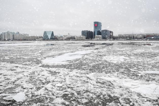 Lente ijs drift op de rivier. ijs op de rivier de neva in st. pete