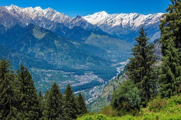 Lente in de kullu-vallei in de bergen van de himalaya. himachal pradesh, india