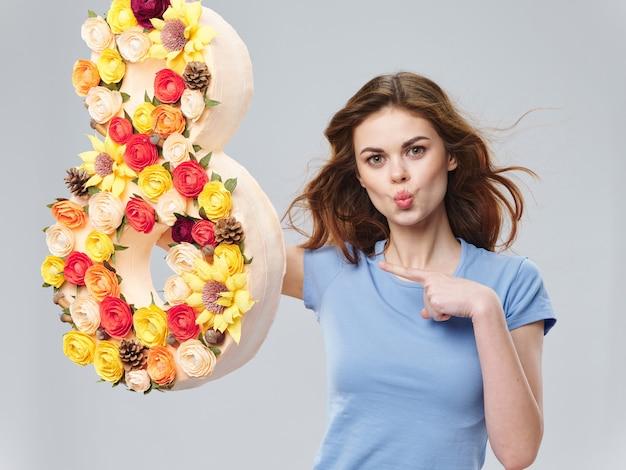 Lente jonge mooie vrouw met bloemen, vrouw poseren met een boeket bloemen, vrouwendag