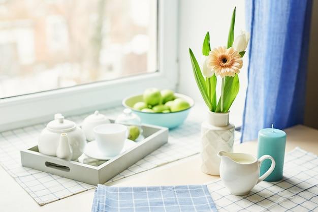 Lente kaartsjabloon. gelukkige verjaardag of valentijn. vrouwendag. wenskaart voor moederdag. felicitatie met bloemen. bloem kaart. kopieer ruimte. uitnodiging bruiloft. thee set met bloemen en zoete