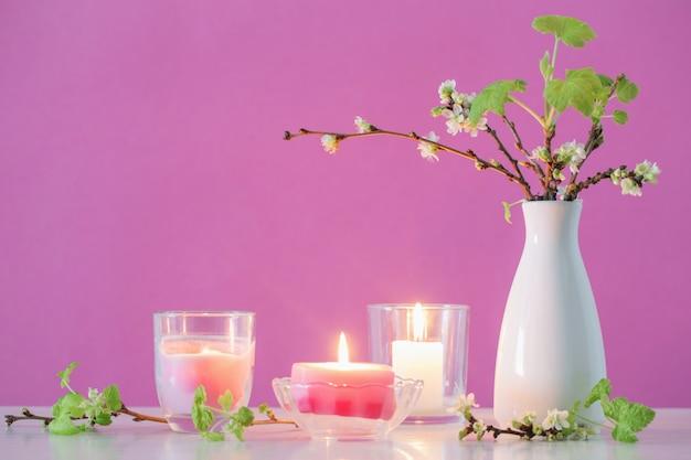 Lente kersen bloemen en kaarsen