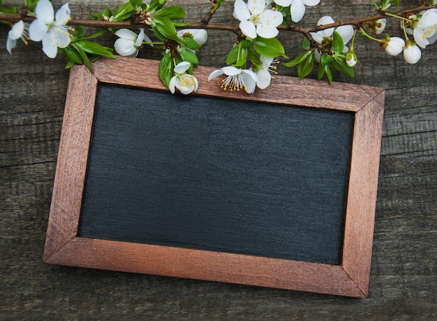 Lente kersen bloesem en schoolbord