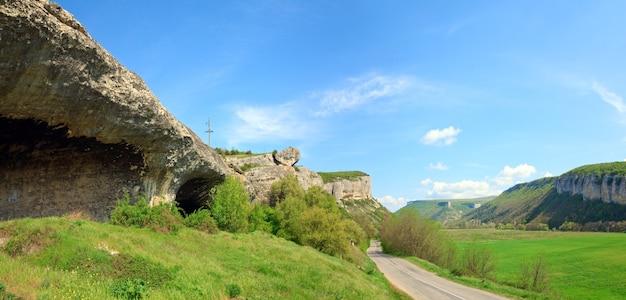 Lente krim (oekraïne) landschap met plateau en vallei.