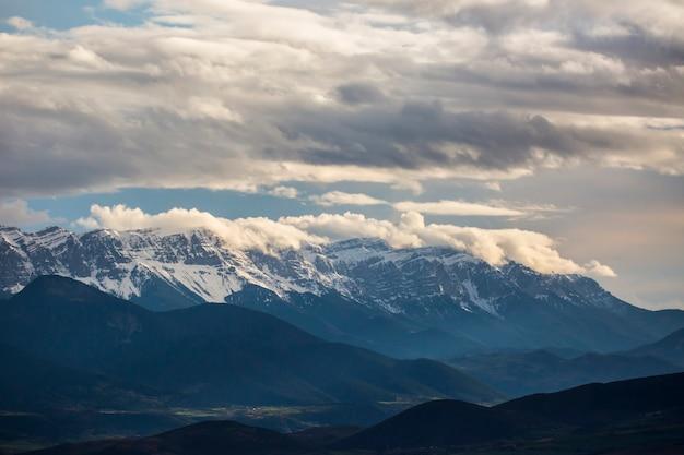 Lente landschap in la cerdanya girona pyreneeën spanje