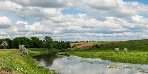 Lente landschap met rivier