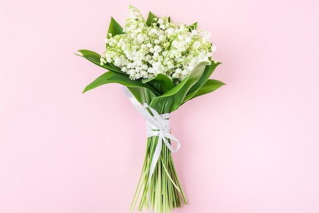 Lente lelietje-van-dalen bloemen boeket op pastelroze