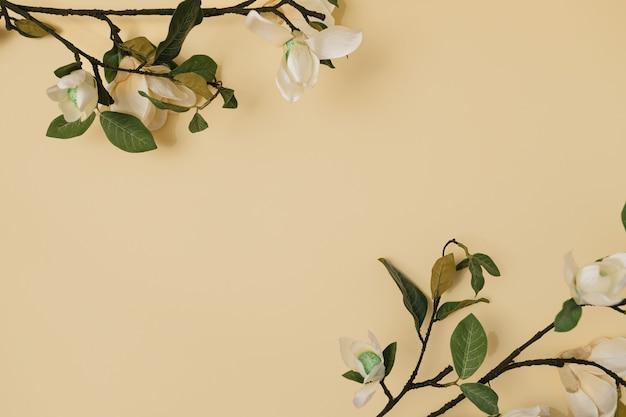 Lente levendige bloemen tegen gele achtergrond. zomer lay-out met kopie ruimte. plat lag, bovenaanzicht.
