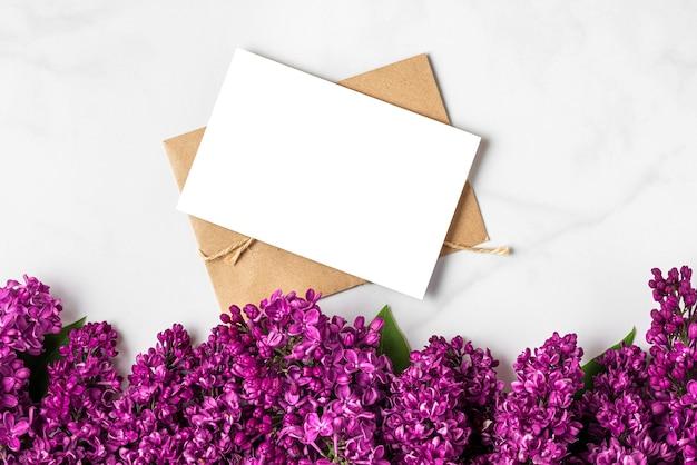 Lente lila bloeiende bloemen met lege wenskaart op witte ondergrond