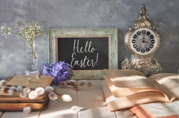 Lente met een open boek, schoolbord met tekst en lentebloemen