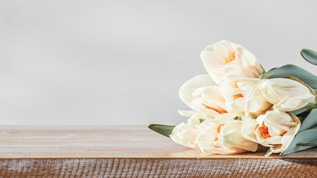 Lente narcissen bloemen close-up op houten tafel