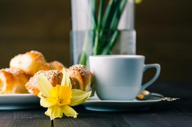 Lente ontbijt met gebak en lentebloemen