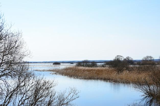 Lente overstroming van de rivier op het veld
