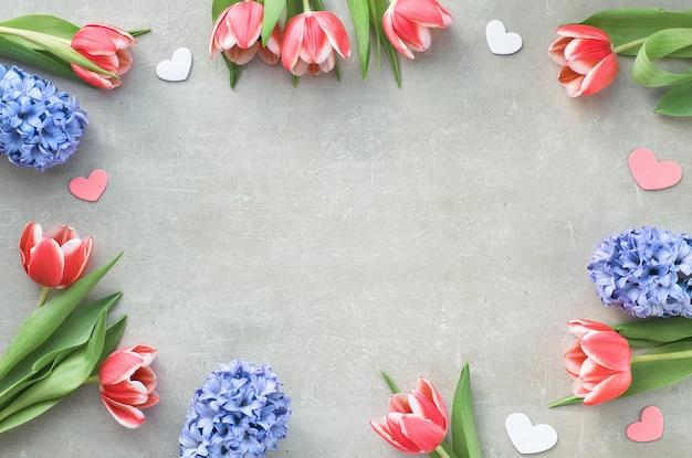 Lente plat lag met geschenkdozen, roze tulpen, blauwe hyacint en decoratieve harten, tekstruimte