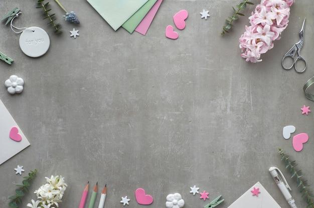 Lente plat met parelhyacint bloemen, eucalyptus, mobiele telefoon en cadeau ansichtkaarten