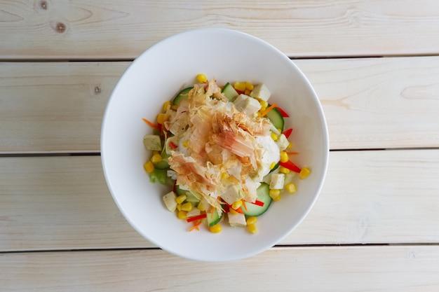 Lente salade met komkommer, paprika, maïs en tonijnchips