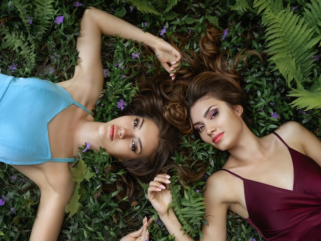 Lente schoonheid portret foto van twee vrouwen op de natuur