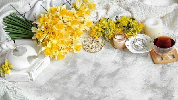 Lente stilleven met een kopje thee en bloemen
