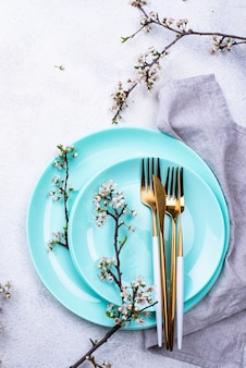 Lente tabel instelling met bloeiende takken