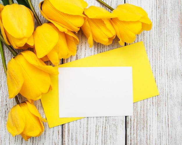 Lente tulpen bloemen en kaart