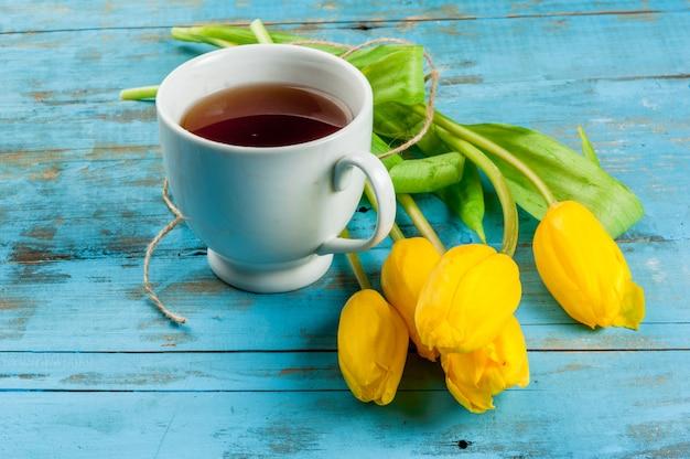 Lente tulpen en kopje thee