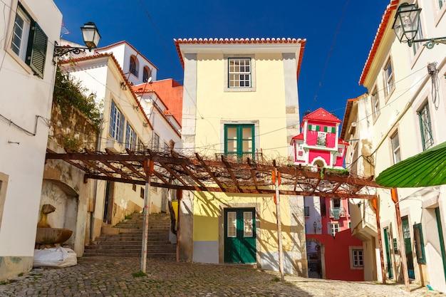 Lente typische straat van lissabon, portugal