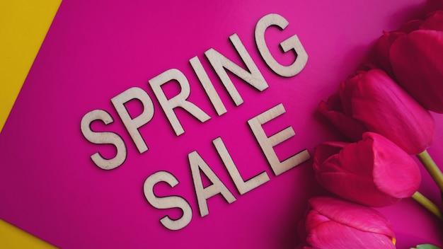 Lente verkoop banner met roze tulpen op kleurrijke achtergrond