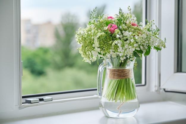 Lente vers boeket van lelietje-van-dalen, roze rozen en bloeiende viburnum