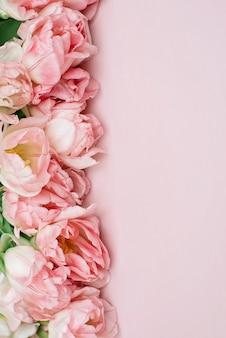 Lente verse bloemen van roze tulpen Premium Foto