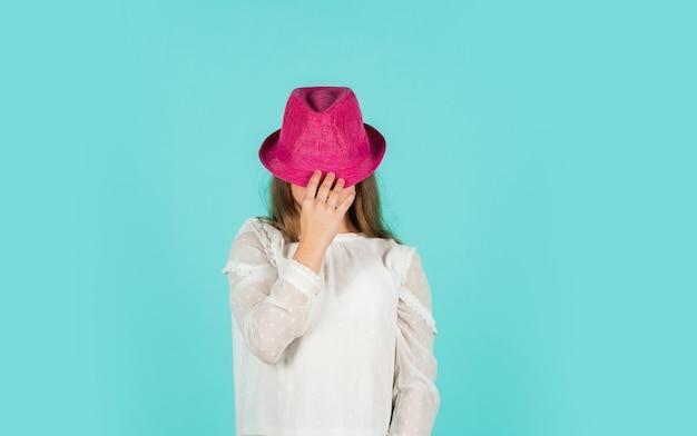 Lente winkelen. individuele stijl. meisje slijtage hoed blauwe achtergrond. collectie zomeraccessoires. mode accessoire. kind draag hoed. accessoires winkel. fancy meisje winkelen. shopping tour verkoop seizoen.