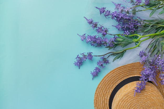 Lente zomer tijd lavendel bloemen blauwe achtergrond dame hoed kopie ruimte bovenaanzicht