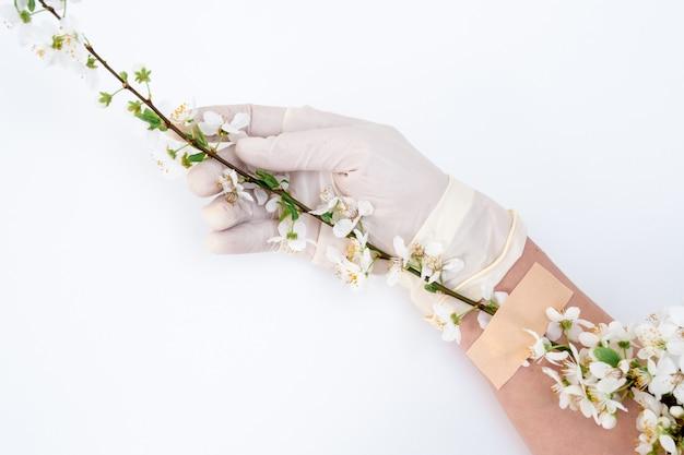 Lentebloem plakband hand medische covid 19 handschoen patch witte achtergrond