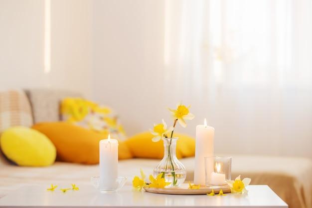 Lentebloemen in vaas op modern interieur Premium Foto