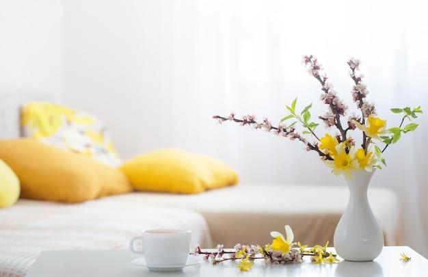 Lentebloemen in vaas op modern interieur