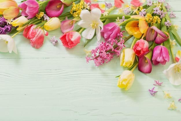 Lentebloemen op groene houten achtergrond