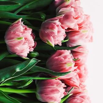 Lentebloemen op marmeren achtergrond als wenskaart voor vakantiegift en bloemen flatlay concept