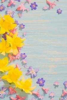 Lentebloemen op oude blauwe houten achtergrond