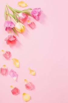 Lentebloemen op roze oppervlak Premium Foto