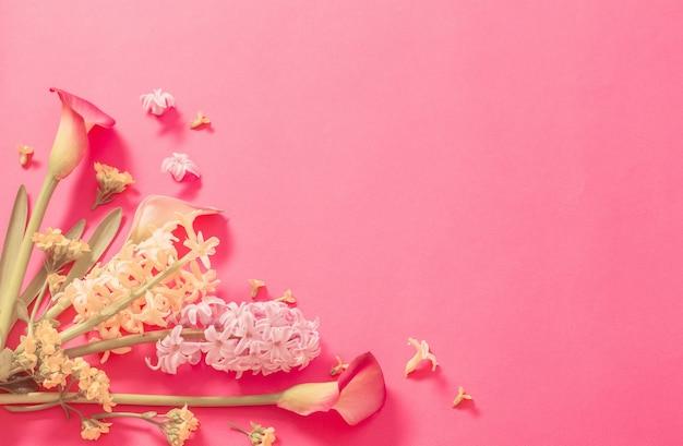 Lentebloemen op roze papieren achtergrond