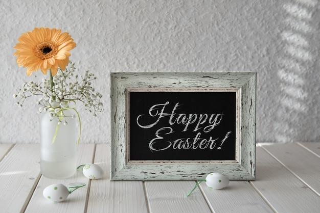 Lentebloemen, pasen-decoratie en een bord op witte lijst, tekst
