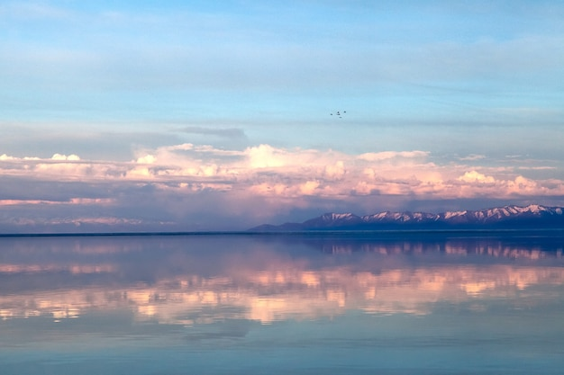 Lentelandschap met meer en mooie reflecties, in zachte kleuren, net voor zonsondergang