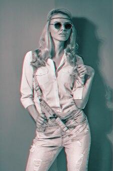 Lentemeisje in modieuze zonnebril op een felle kleurachtergrond met glitch-effect